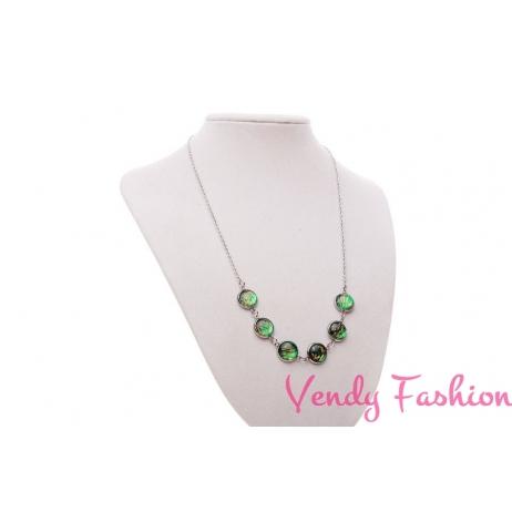 Ocelový náhrdelník se zelenými kabošony s podkladem zlaté barvy