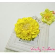 Žlutý květ do vlasů