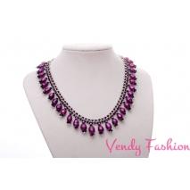 Šitý náhrdelník Zuzany Bubílkové s fialovými perličkami