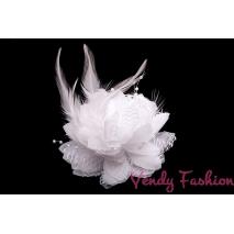 Květina do vlasů s peřím bílá