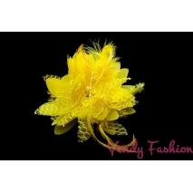 Květina do vlasů s peřím žlutá